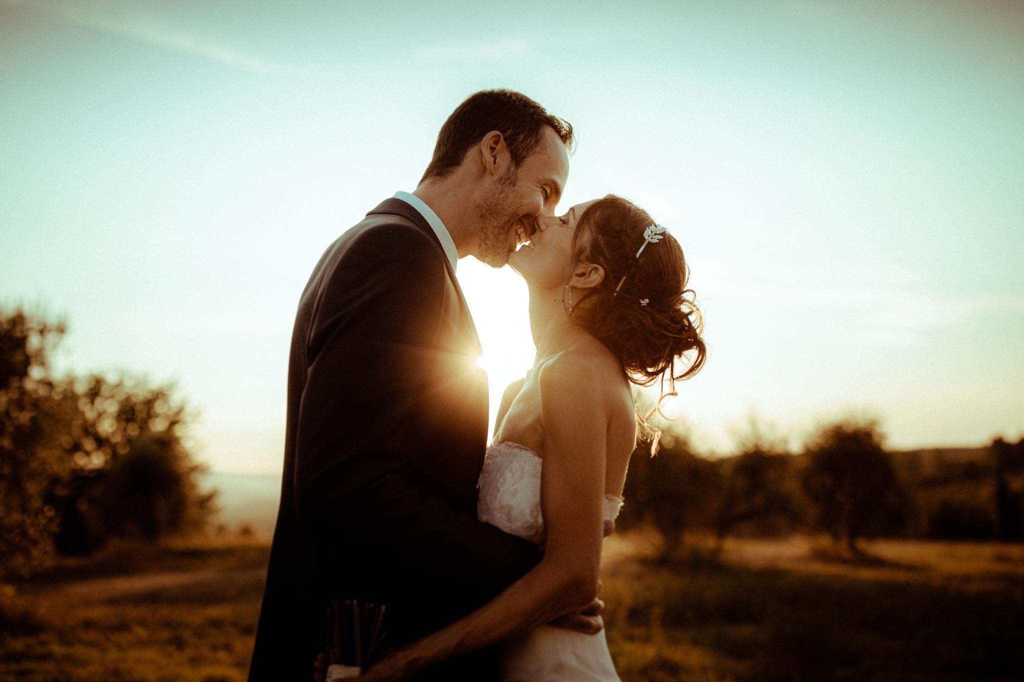 Des mariés s'embrassent lors d'un mariage en Toscane