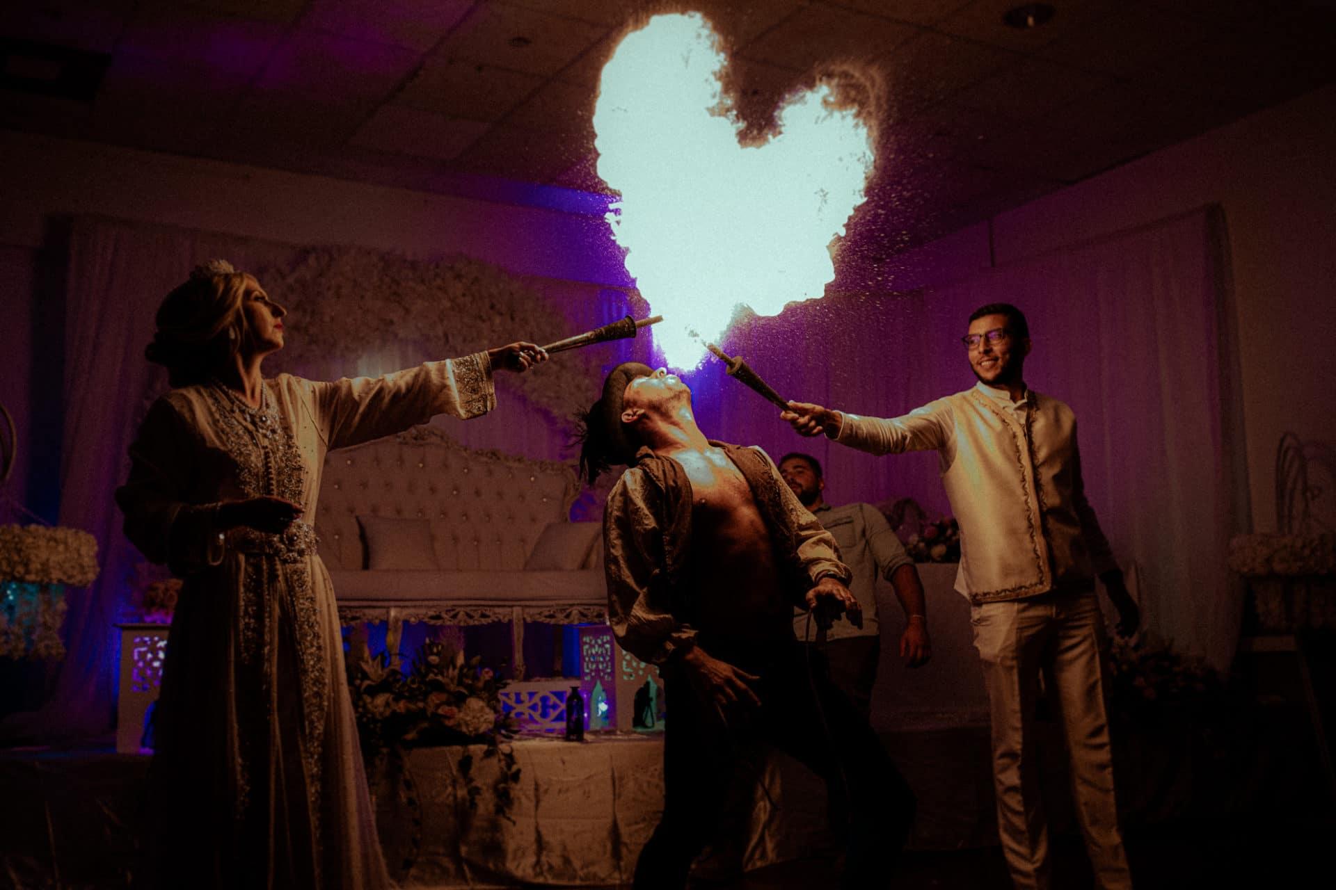 cracheur de feu en forme de coeur mariage