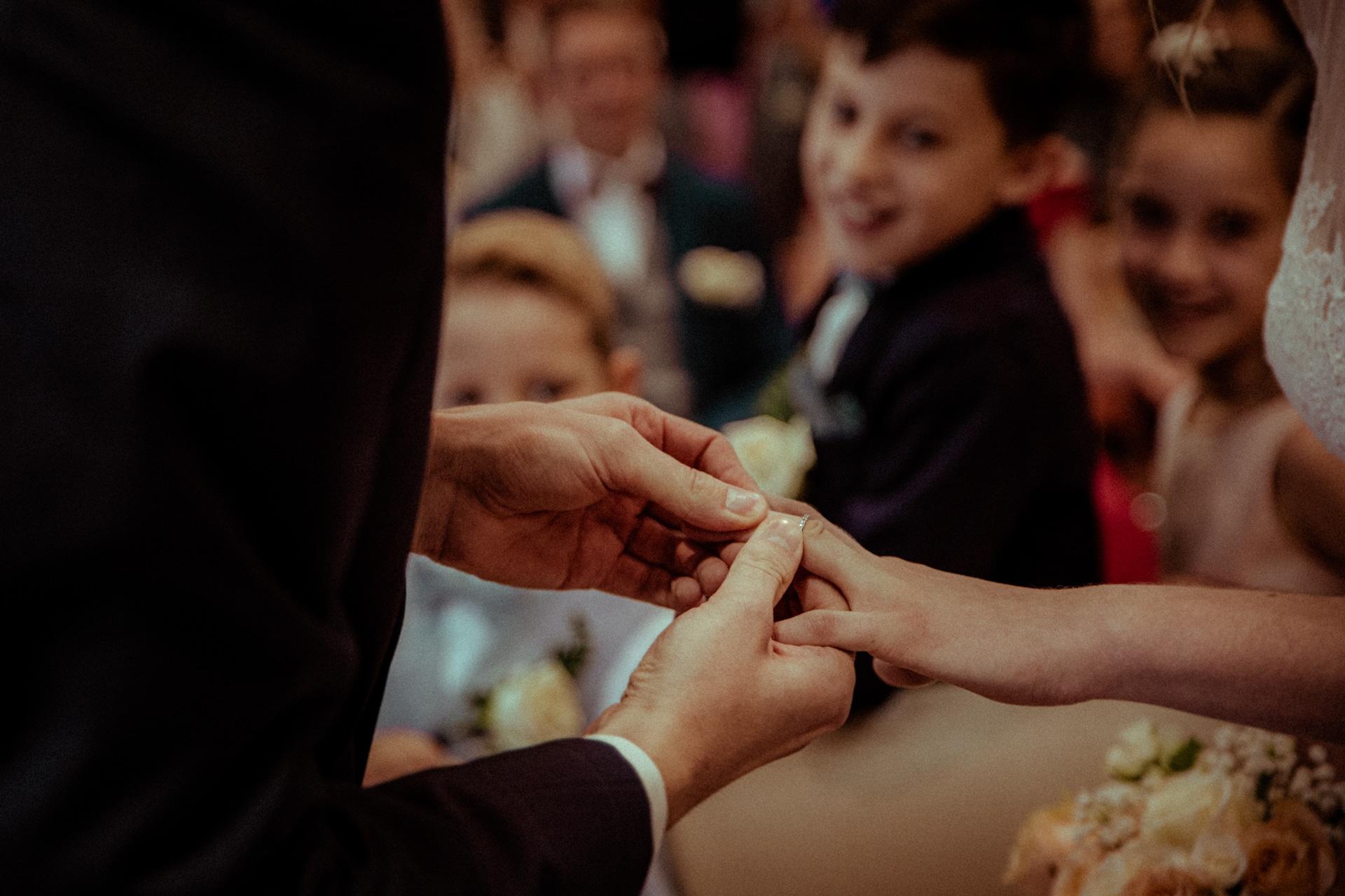 le marie met la bague au doigt de sa femme en mairie