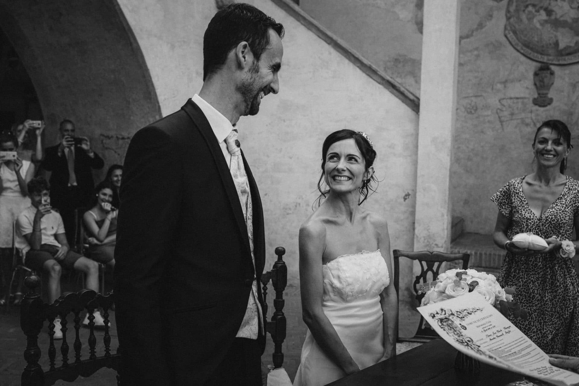 sourire et joie mariee devant le maire