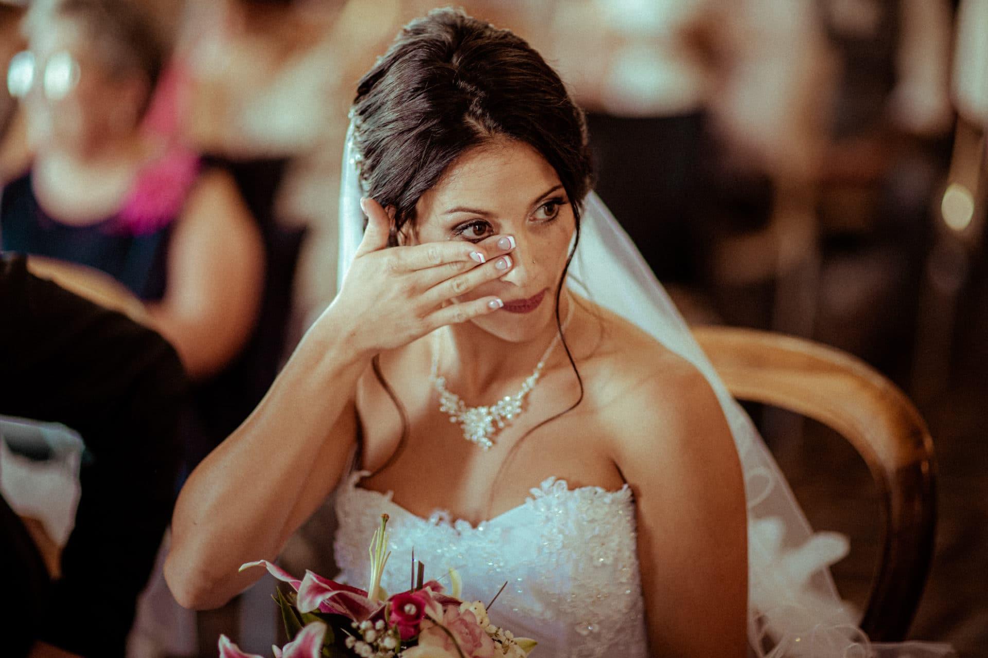 la mariee essuie ses larmes