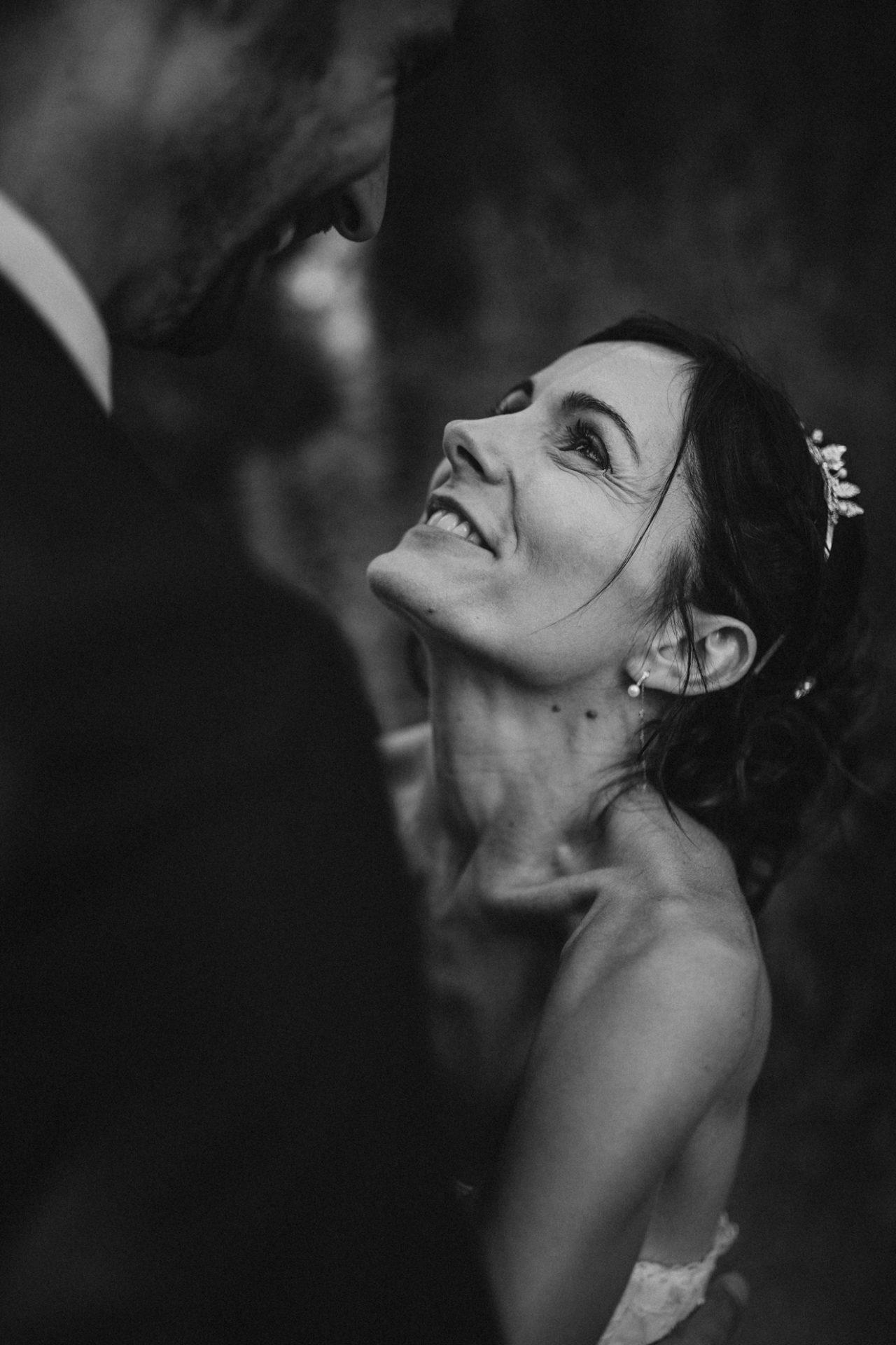 mariee emotion dans les bras de son mari