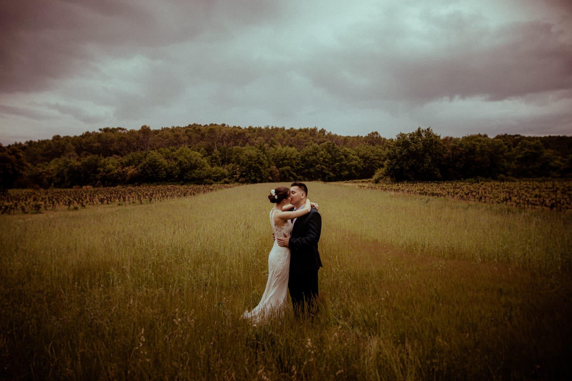 maries dans un champ photographie de mariage