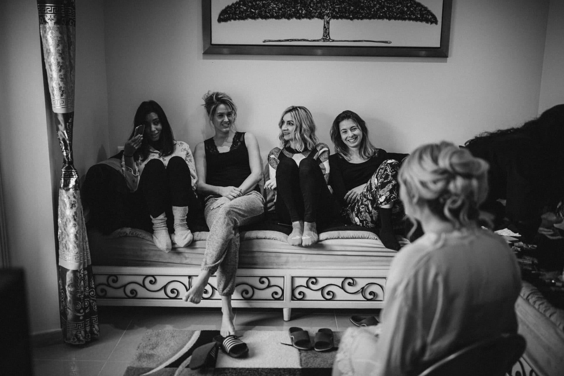 preparation mariee avec copines photographiee par terence baelen