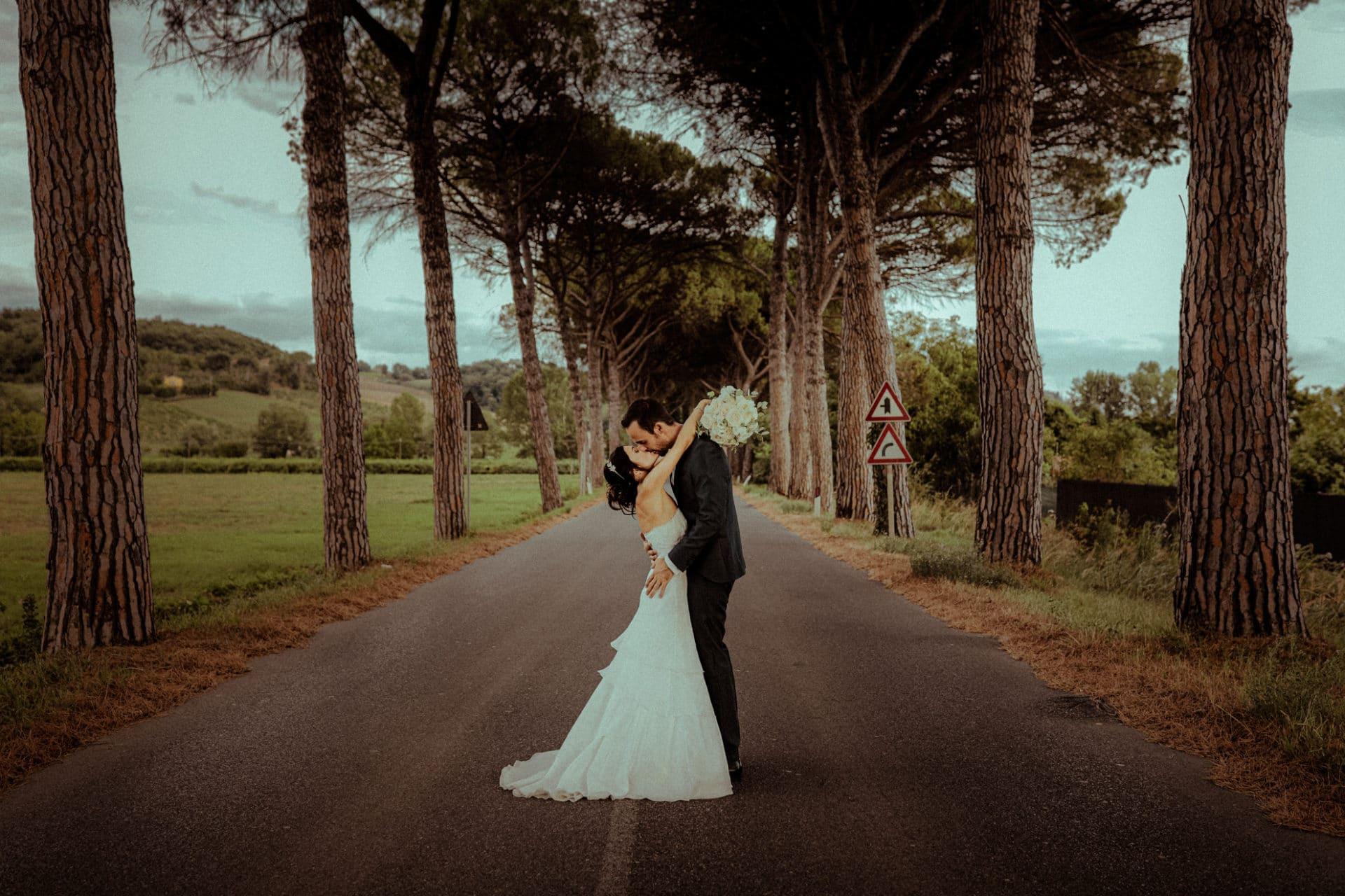 maries s embrassant sur la route