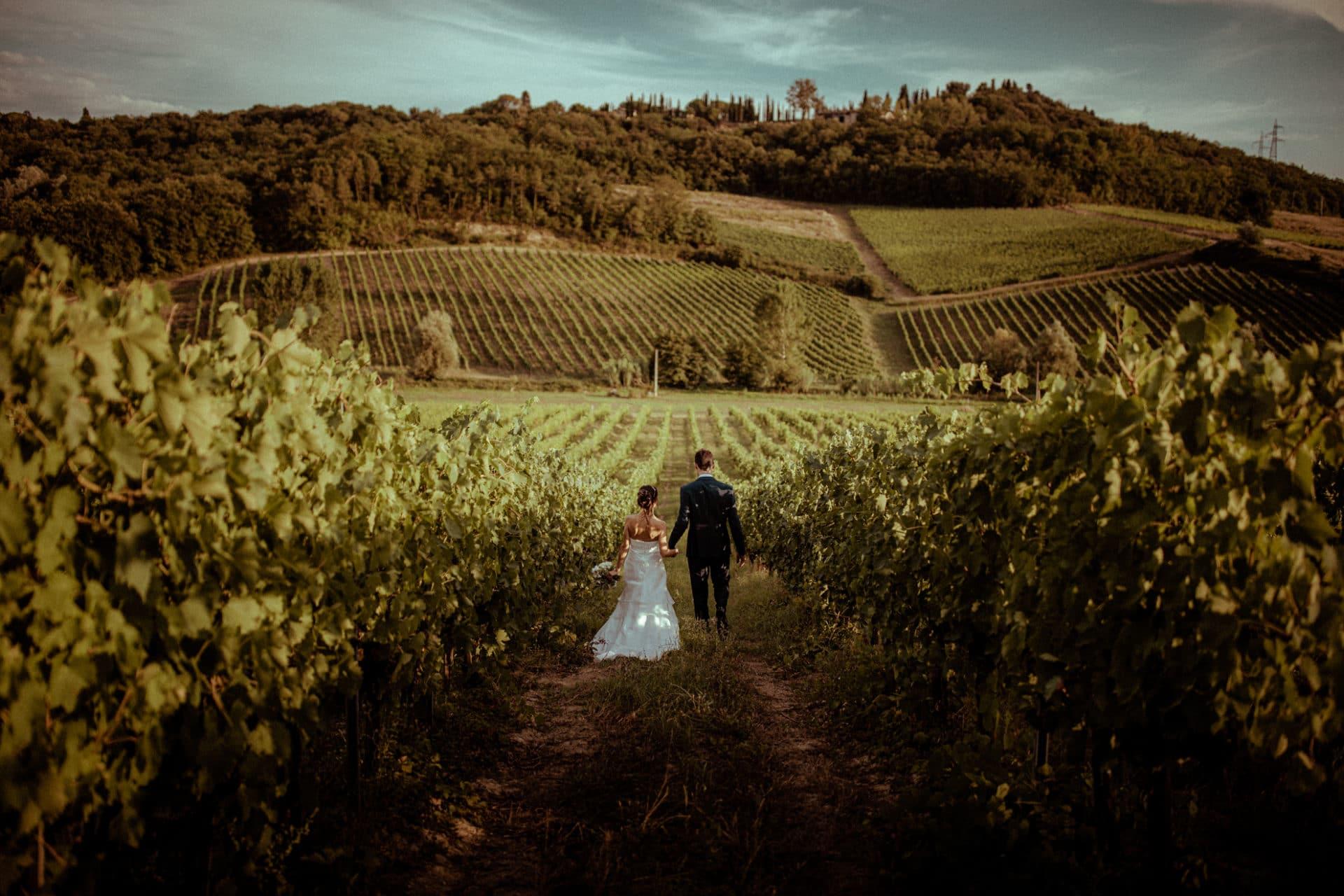 maries dans les vignes pour un mariage en toscane