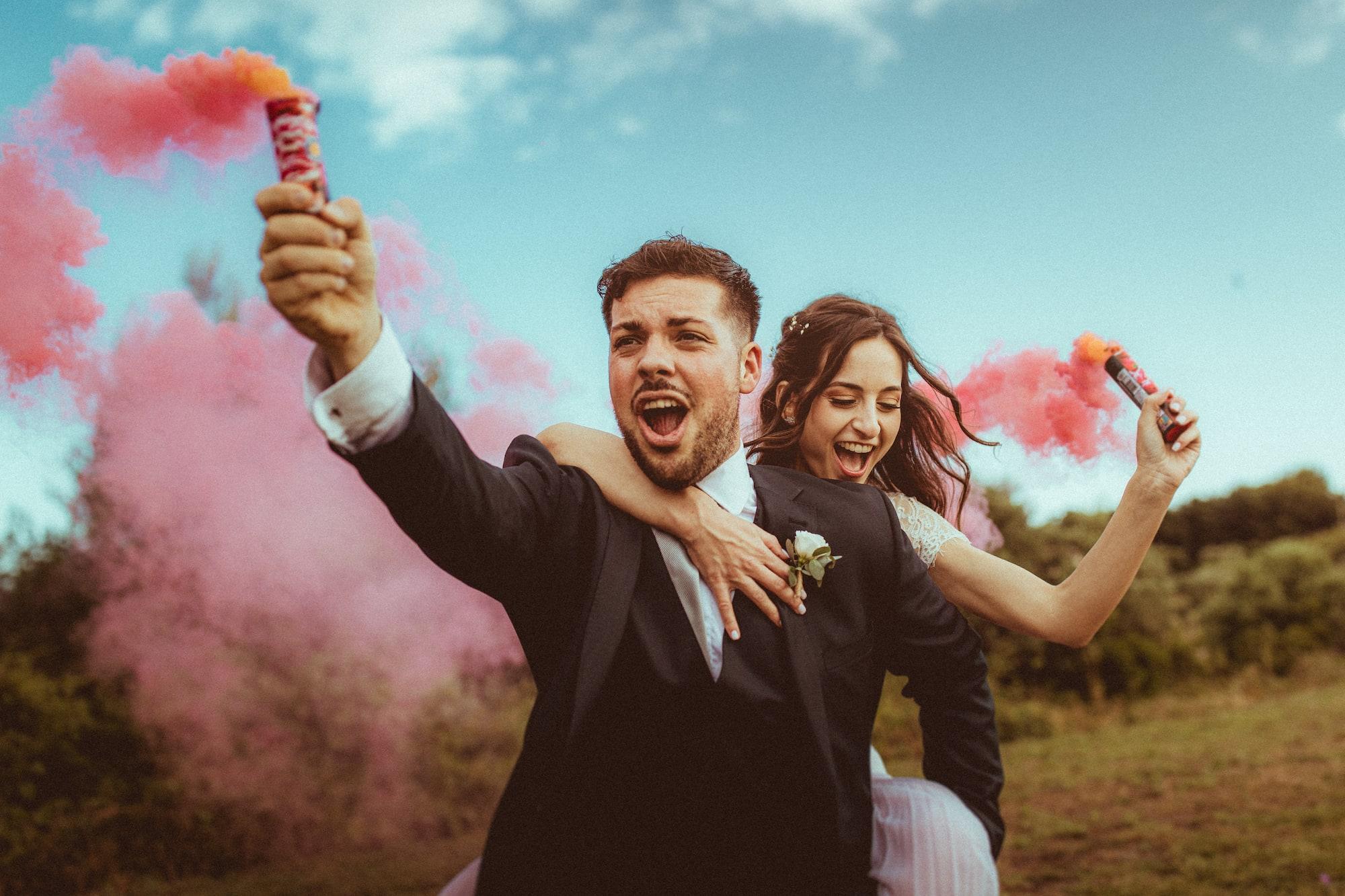 photographe de mariage a reims - couple avec fumigene
