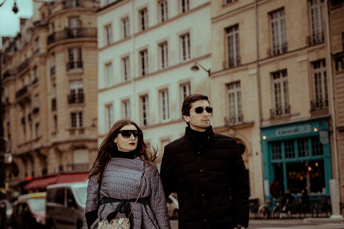 couple session photoshoot in paris street
