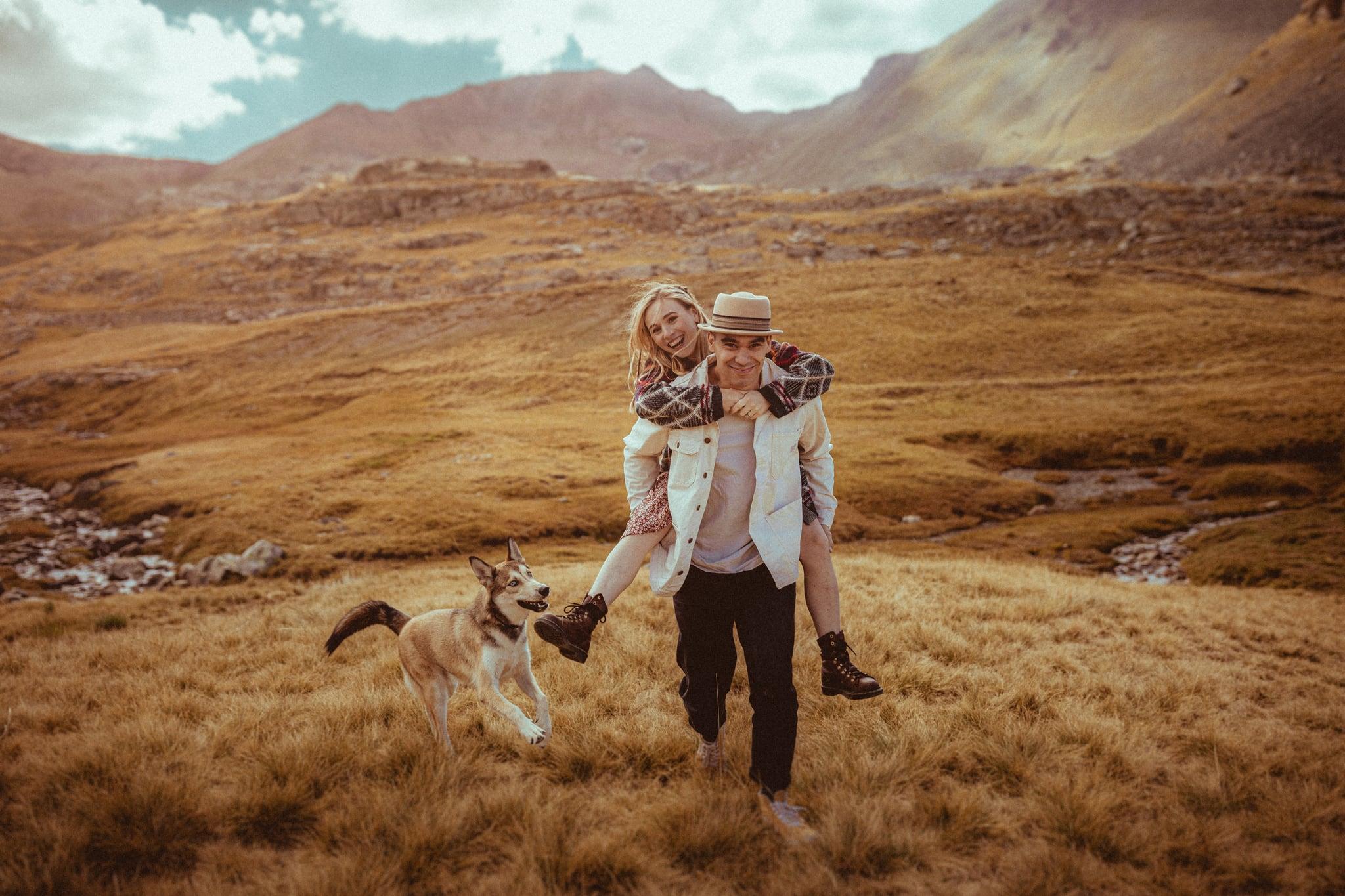 photos couple amoureux avec chien loup