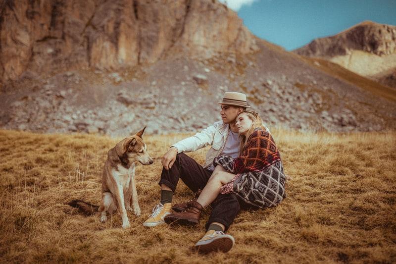 photos de couple amoureux montagne