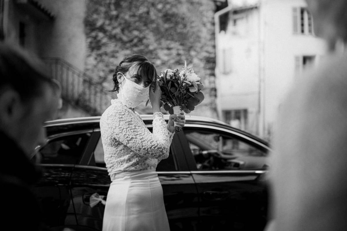 mariage et covid : la mariee porte le masque dentelle